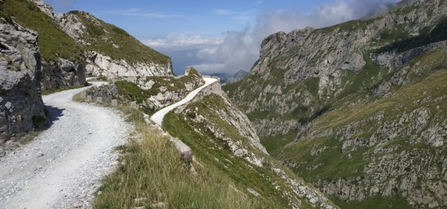 E' il classico e famoso attraversamento da Limone a Monesi su vecchie strade militari che corrono sul crinale delle montagne che uniscono le due località.Si parte sui 1400 m di […]